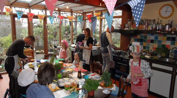 Familie-kookfeest met opa, oma en 2 gezinnen